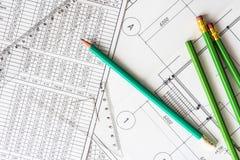 Desenhos arquitetónicos, muitos lápis na tabela Foto de Stock