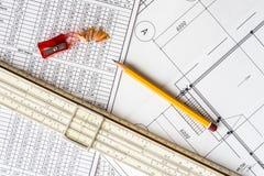Desenhos arquitetónicos, regra de corrediça e um apontador com um lápis fotos de stock