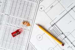Desenhos arquitetónicos, um apontador com um lápis imagens de stock royalty free
