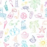 Desenhos coloridos da mão de símbolos das vagas do verão Rabiscar barcos, gelado, palmas, chapéu, guarda-chuva, medusa, cocktail, Fotografia de Stock Royalty Free