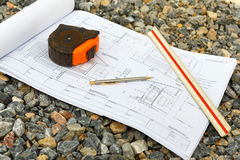 Desenhos da arquitetura com lápis, régua e medidores dos cartuchos Foto de Stock Royalty Free