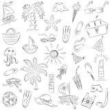 Desenhos da mão de símbolos das vagas do verão Rabiscar barcos, gelado, palmas, chapéu, guarda-chuva, medusa, cocktail, Sun Foto de Stock Royalty Free