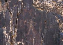 Desenhos da rocha, humanos antigos com a curva e a seta, caçando Fotos de Stock