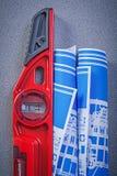Desenhos de engenharia azuis nivelados da construção no fundo cinzento Foto de Stock