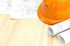 Desenhos e capacete de segurança arquitetónicos imagem de stock