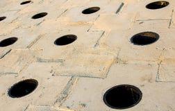 Deseniowe białe szarość z round czarnymi dziurami, perspektywiczny tło Obrazy Stock