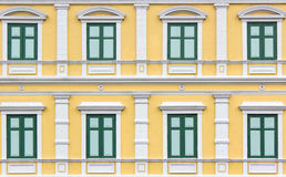 Deseniowy zielony rocznika stylu okno na kolor żółty ścianie Zdjęcie Royalty Free