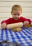 Desenrolando a massa de pão Foto de Stock