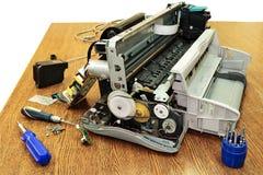 Desensambló la impresora. Fotografía de archivo