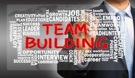 Desenvolvimento de equipas com o desenho relacionado da mão da nuvem da palavra pelo businessma foto de stock