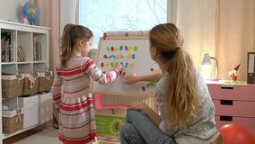 Desenvolvimento de infância adiantada Jovem mulher que ensina a sua criança o alfabeto video estoque
