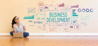 Desenvolvimento de negócios com a jovem mulher que usa um laptop imagem de stock