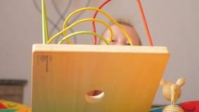 Desenvolvimento do bebê Começo adiantado Brinquedos tornando-se para bebês Brinquedos e jogos para necessidades especiais Ativida video estoque