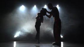 Desenvolvimento dos pontapés retos que kickboxing nas patas do encaixotamento Luz de atrás Fume o fundo filme