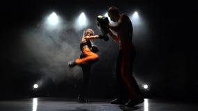 Desenvolvimento dos pontapés retos que kickboxing nas patas do encaixotamento Luz de atrás Fume o fundo video estoque