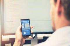 Desenvolvimento móvel do app - telefone esperto com wireframe da aplicação foto de stock