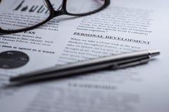 Desenvolvimento pessoal em um texto do negócio com vidros e uma pena Foto de Stock Royalty Free