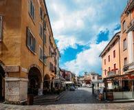 Desenzano del Garda, Italia del Nord Destinazione europea turistica popolare Vista della città di Desenzano del Garda fotografia stock