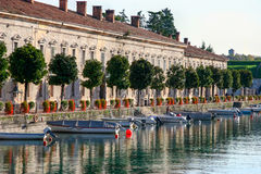 DESENZANO DEL GARDA, ITALY/EUROPE - 25 DE OCTUBRE: Fila de casas i foto de archivo