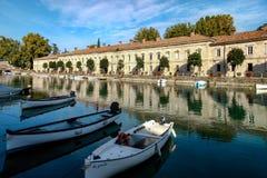 DESENZANO DEL GARDA, ITALY/EUROPE - PAŹDZIERNIK 25: Rząd domy ja zdjęcia stock