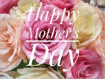 Deseo feliz del d?a de madre con el fondo colorido de las flores imagen de archivo