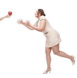 Deseo hermoso de la mujer del tamaño extra grande para la manzana Foto de archivo