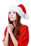 Deseo joven de la muchacha de la belleza con el sombrero de la Navidad foto de archivo