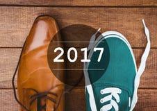 2017 deseos del Año Nuevo con formal y los calzados informales Imagen de archivo libre de regalías