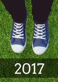 2017 deseos del Año Nuevo con las zapatillas de deporte que llevan del adolescente Imagenes de archivo