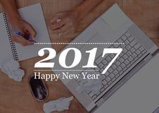 2017 deseos del Año Nuevo contra la tabla del estudio Foto de archivo libre de regalías