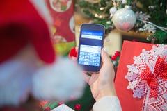 Deseos del día de fiesta que mandan un SMS en el teléfono elegante Imagenes de archivo