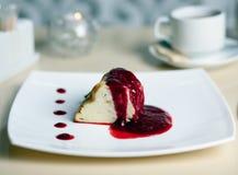 Deser - blinu tort z lody, jagoda dżem Fotografia Stock