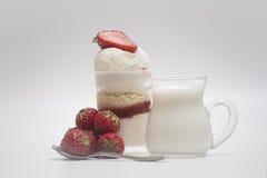 Deser - cukierki tort z truskawką na białym tle Obraz Stock