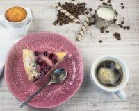 Deser czarne jagody i chałupa ser na drewnianym lekkim tle z kawą Lato owoc deser na widok fotografia stock