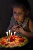Deser, domowej roboty uroczysty jagoda tort dla urodziny Obrazy Royalty Free