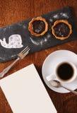 Deser i kawa słuzyć na drewnianym stole z pustym prześcieradłem dla teksta fotografia stock