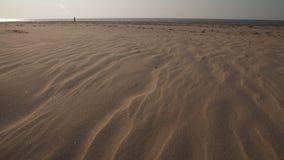 Deser jak textured piasek 4K wideo z wolnym kamera ruchem - morze ba?tyckie zatoki pla?a z bia?ym piaskiem w zmierzchu - zdjęcie wideo