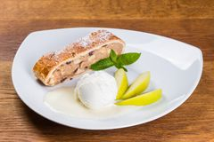 Deser Kulebiak, lody, jabłczany kulebiak i jabłko plasterki, zdjęcia stock