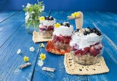 Deser z świeżymi truskawkami i rodzynkami, zdrowotny jedzenie zdjęcia royalty free