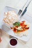Deser z bananami i kiwi w truskawkowym kumberlandzie Fotografia Stock