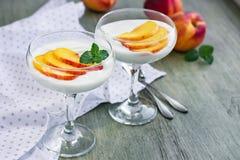 Deser z brzoskwinią w szkle fotografia stock
