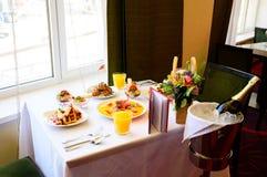 Deser z croissants, lody i pokrojoną owoc, zdjęcie royalty free