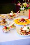 Deser z croissants, lody i pokrojoną owoc, obraz royalty free