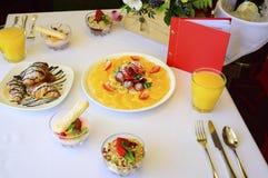 Deser z croissants, lody i pokrojoną owoc, zdjęcie stock