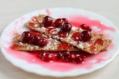Deser z czerwonymi jagodami na białym talerzu, zamyka w górę zdjęcie royalty free