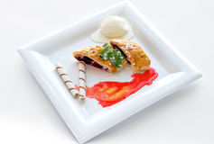Deser z słodkim kulebiakiem, lody Zdjęcia Royalty Free