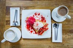 Deserowego lody truskawkowa krepa i gorący napój w sklep z kawą Obrazy Stock