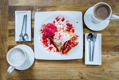 Deserowego lody truskawkowa krepa i gorący napój w sklep z kawą Obraz Royalty Free