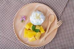 Deserowi słodcy kleiści ryż z mangowym kokosowym mlekiem zdjęcia stock