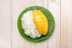 Deserowi słodcy kleiści ryż z mangowym kokosowym mlekiem na drewnie obraz stock